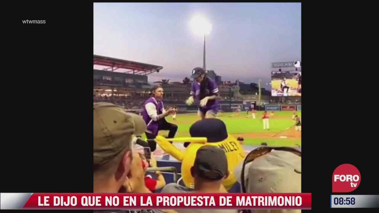 le propone matrimonio a su novia en pleno partido de beisbol y ella le dice que no