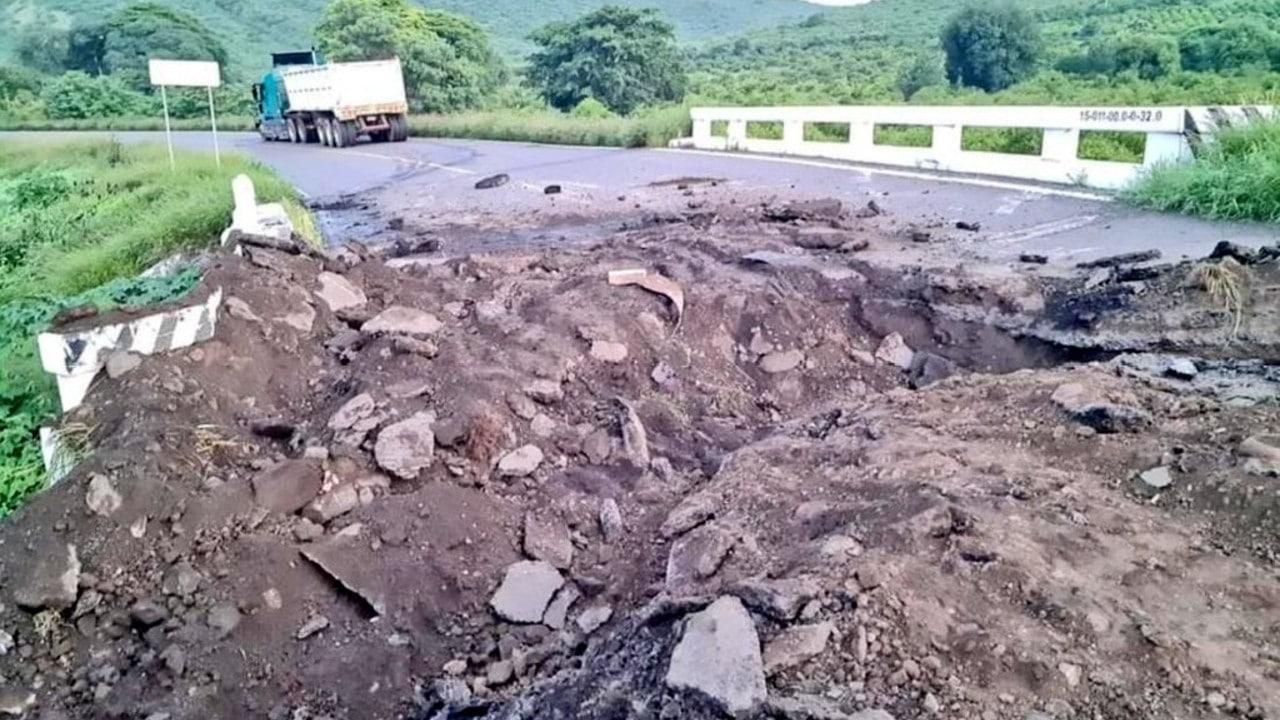 Los grupos armados hicieron zanjas en la carretera Apatzingán-Tepalcatepec