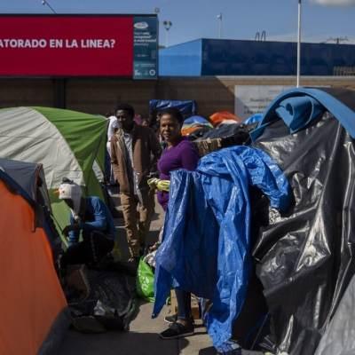 Regala dólares a migrantes en Tijuana, pero situación sale de control