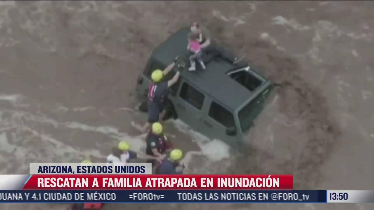 rescatan a familia tras quedar atrapada en inundacion de arizona
