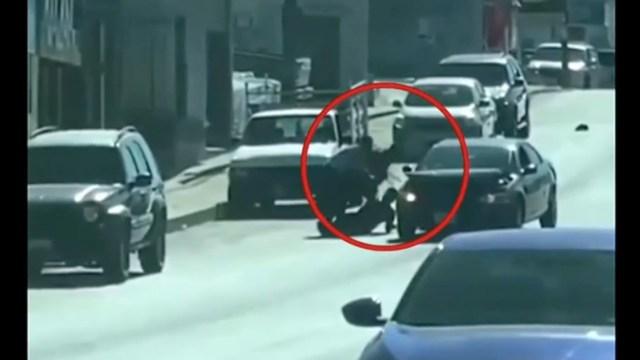 Video: A plena luz, intentan secuestrar a hombre y le disparan en Tijuana