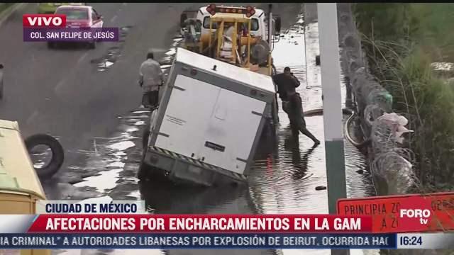 camioneta de carga cae a socavon por inundacion en la gustavo a madero