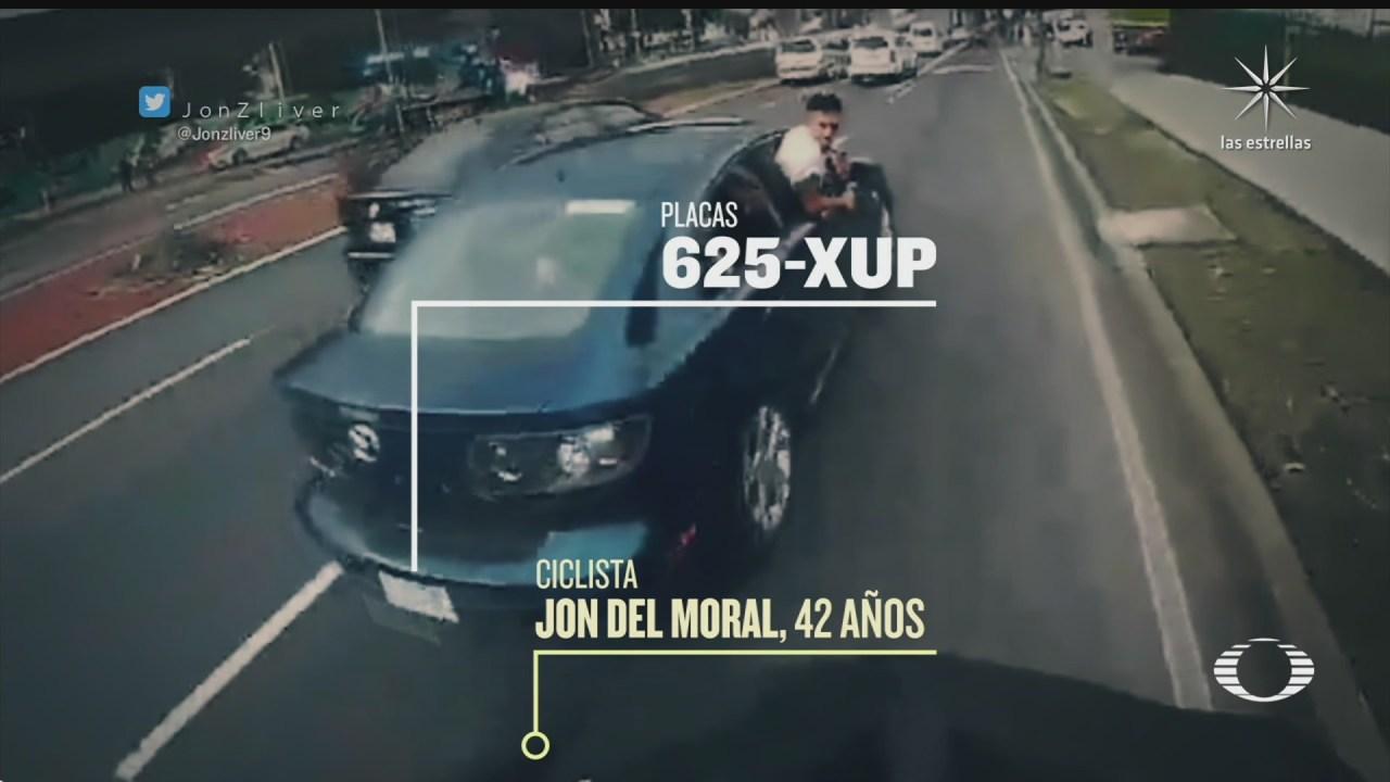hombre empuja a un ciclista desde un coche en xochimilco
