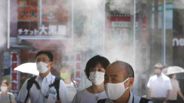 Habitantes de Tokio utilizan cubrebocas en las calles (AP)