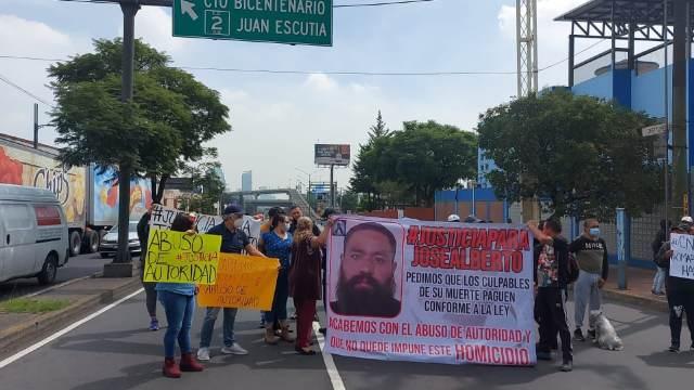 Familiares bloquean Constituyentes y exigen justicia para José Alberto Serna, quien fue hallado muerto en el Bosque de Chapultepec