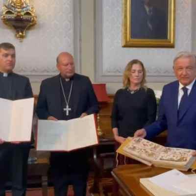 Documentos históricos enviados por el papa Francisco a México (Facebook: Andrés Manuel López Obrador)
