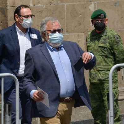 Alejandro Encinas, subsecretario de Derechos Humanos, Población y Migración, durante su salida en la reunión de familiares de los 43 normalistas desaparecidos (Cuartoscuro)