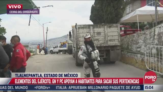 habitantes sacan sus pertenencias en viviendas afectadas en el chiquihuite