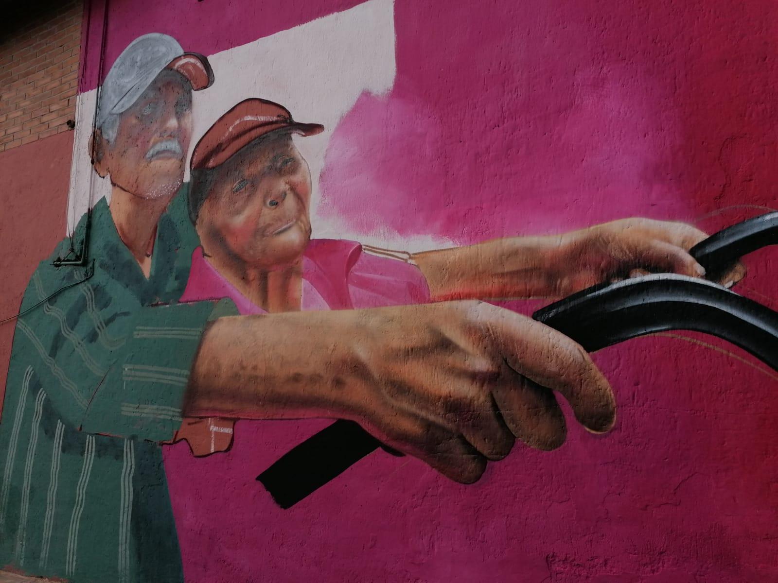 Historias de habitantes de Iztapalapa inspiran a artista urbano y las plasma en murales