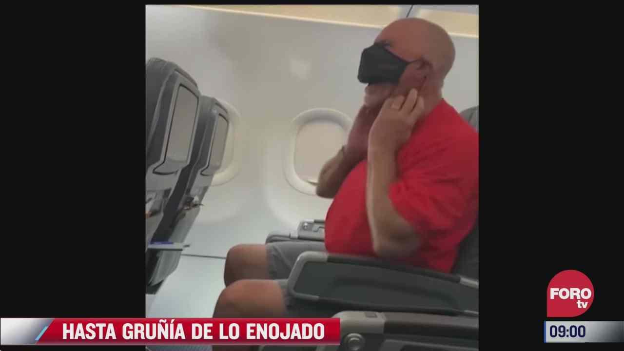 hombre grunia abordo de un avion