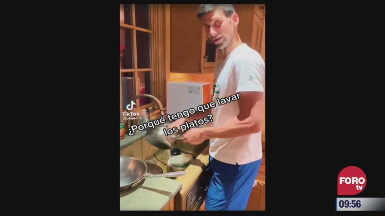 la esposa de novak djokovic lo pone a lavar trastes