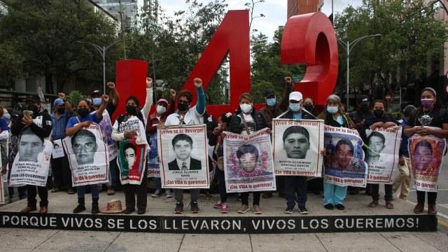 Padres de familia de los estudiantes de Ayotzinapa, frente al antimonumento de los 43 en CDMX