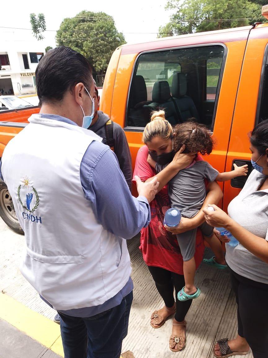 Migrante venezolana se reúne con su hija tras ser separadas durante detención en Tapachula, Chiapas. FOTO Ombudsman Raúl