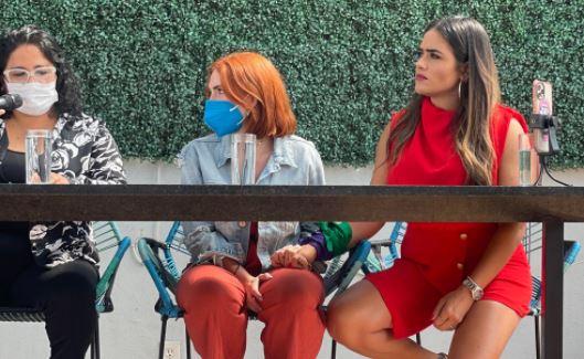 """Nath Campos estuvo acompañada por Alessandra Rojo, presidenta de la Asociación """"No somos una, somos todas"""" y su abogada Mónica Peña"""