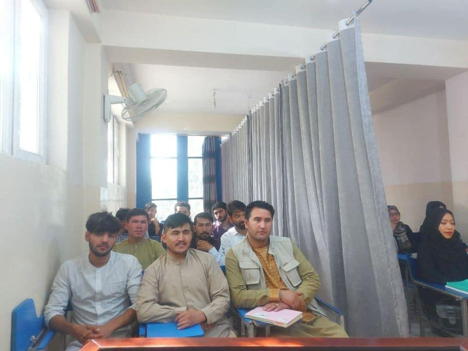 En Afganistán cortina divide estudiantes hombres de mujeres