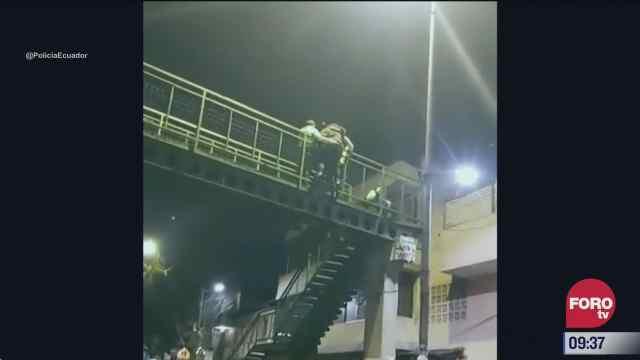 policias impiden que hombre se lance de puente