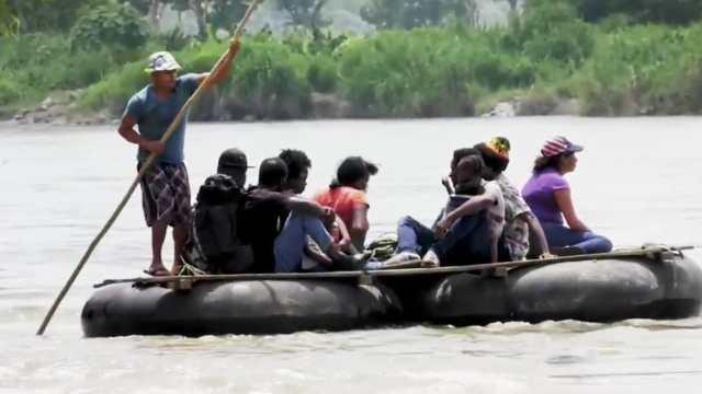 Migrantes haitianos esperan que coyotes los crucen a México por el Río Suchiate