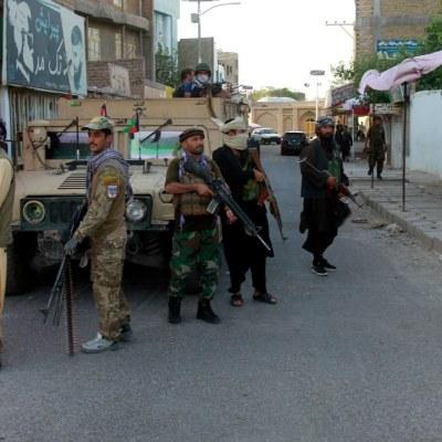Un grupo de talibanes armados en la ciudad de Herat, en Afganistán