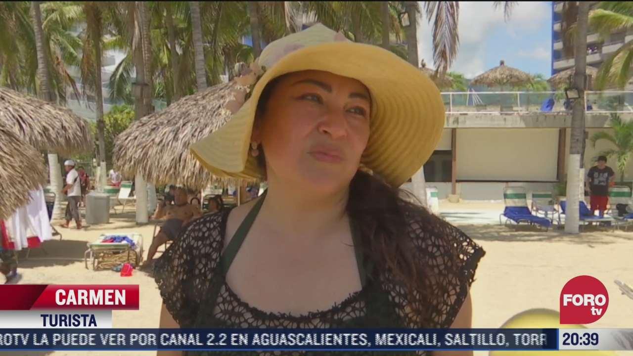 turistas se relajan en playas de acapulco tras fiestas patrias