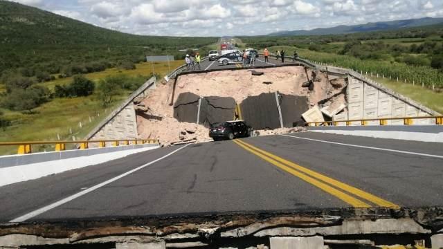 Colapso de puente en San Luis Potosí deja un muerto
