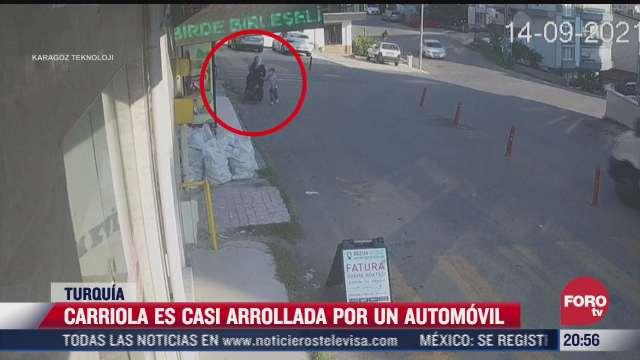 video carriola es casi arrollado por un automovil bebe sufre golpes