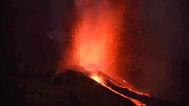 Suman 2 mil evacuados por erupción de volcán Cumbre Vieja en España
