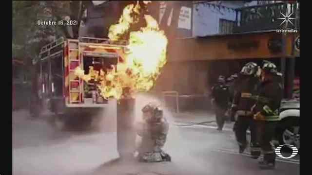 alistan homenaje para bombero que saco tanque de gas en llamas