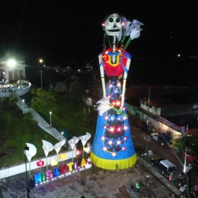 Instalan Catrina monumental en Misantla, Veracruz, inspirada en obra de Diego Rivera