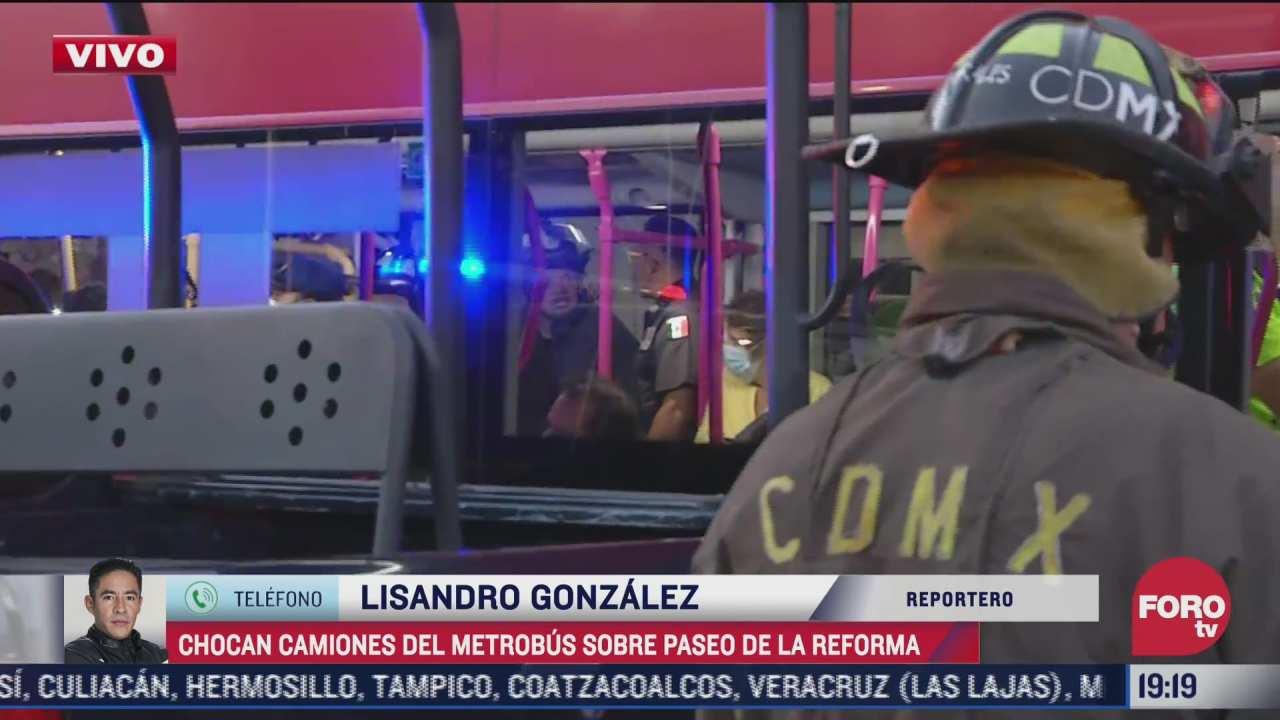 chocan camiones de metrobus sobre el paseo de la reforma