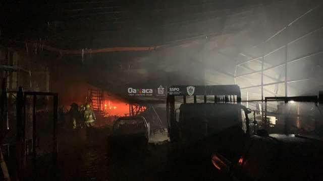 Choque automovilístico provoca incendio de bodega de pinturas en Oaxaca