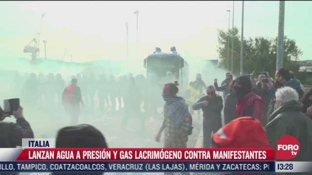 en italia dispersan manifestaciones con canones de agua