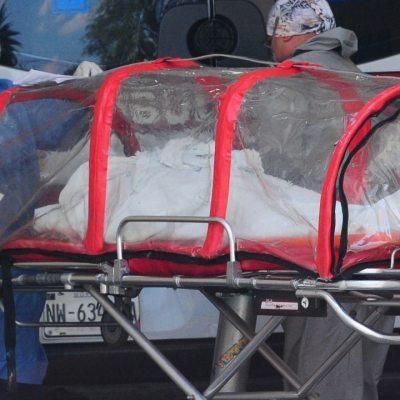 Paramédicos trasladan un enfermo por Covid-19.