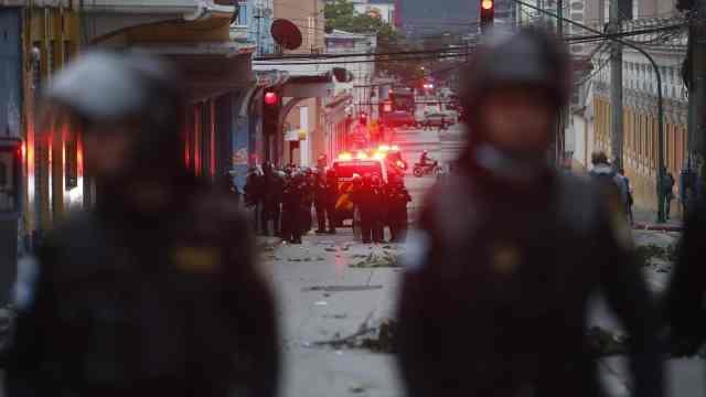 Autoridades hacen presencia en la sede del Congreso durante una protesta de militares retirados en Ciudad de Guatemala (EFE)