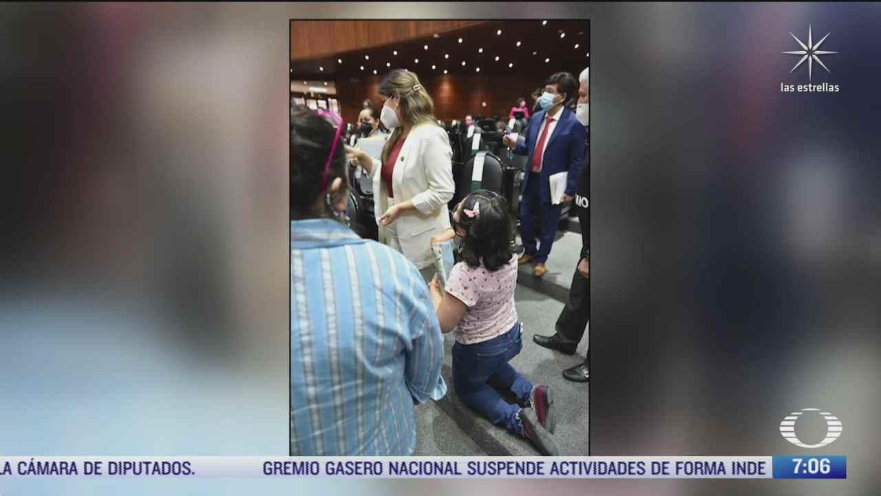 madre de nino con cancer se arrodilla frente a diputada de morena por falta de medicamentos
