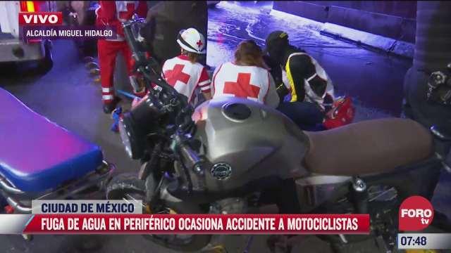 motociclistas derrapan por enorme fuga de agua en periferico cdmx