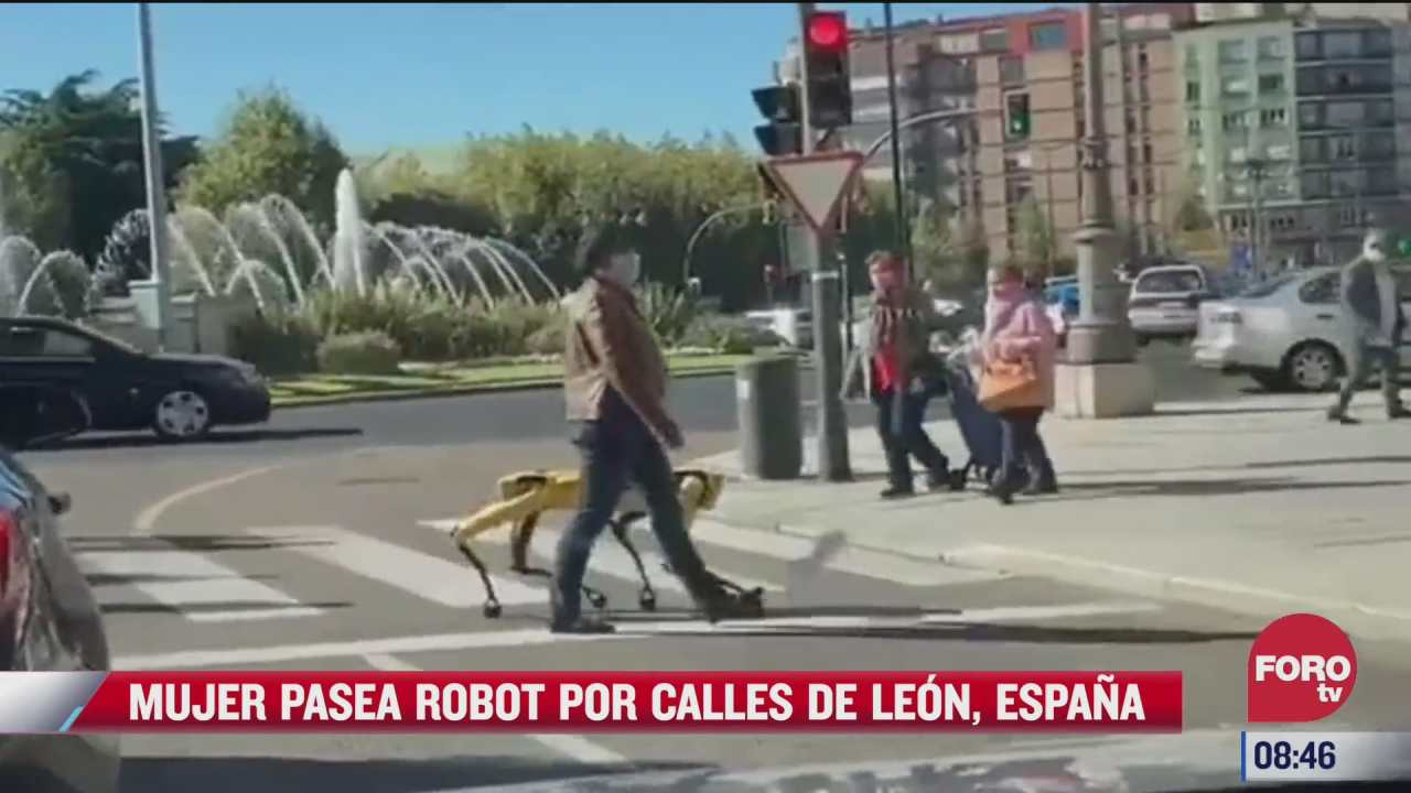 mujer pasea robot por calles de leon espana