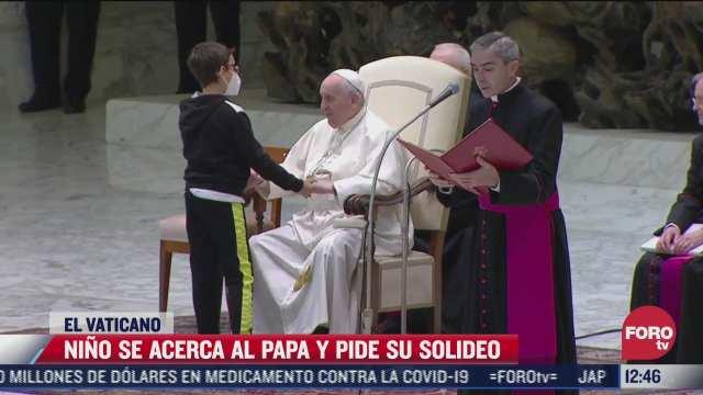nino con discapacidad roba camara en el vaticano