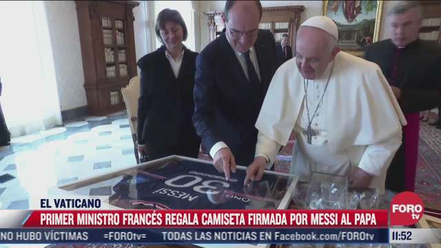 primer ministro frances regala camiseta firmada por messi al papa francisco