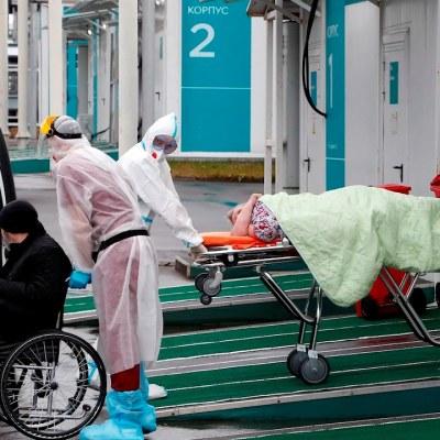 Rusia reporta nuevo récord de contagios y muertes por covid