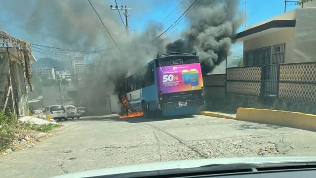 Se incendia camión urbano de pasajeros en Acapulco, Guerrero.