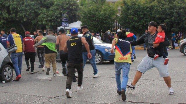 Se registra riña entre aficionados del América y Atlético San Luis afuera del estadio Alfonso Lastras