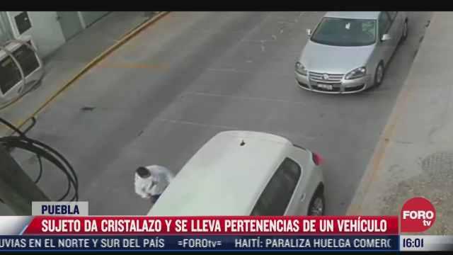 sujeto rompe el cristal de un auto para robar pertenencias