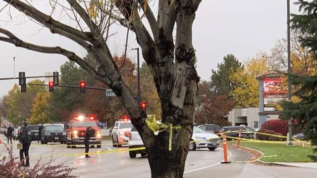 La policía cierra una calle frente a un centro comercial después de un tiroteo en Boise, Idaho (AP)