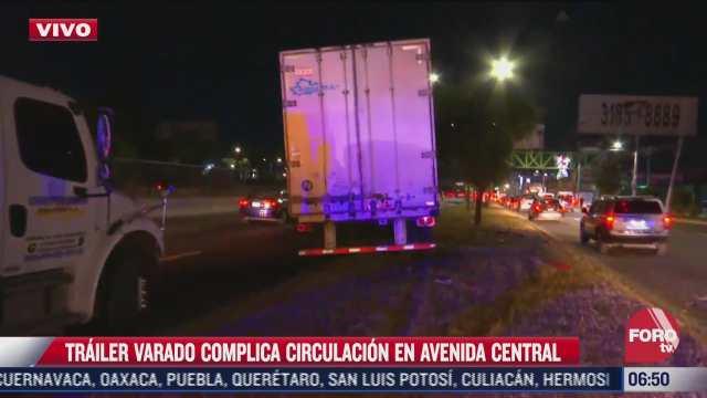 trailer se sube al camellon de avenida central estado de mexico