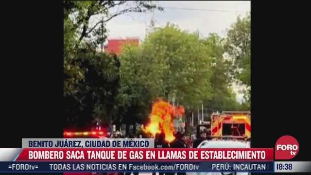 video bombero saca tanque de gas en llamas de inmueble