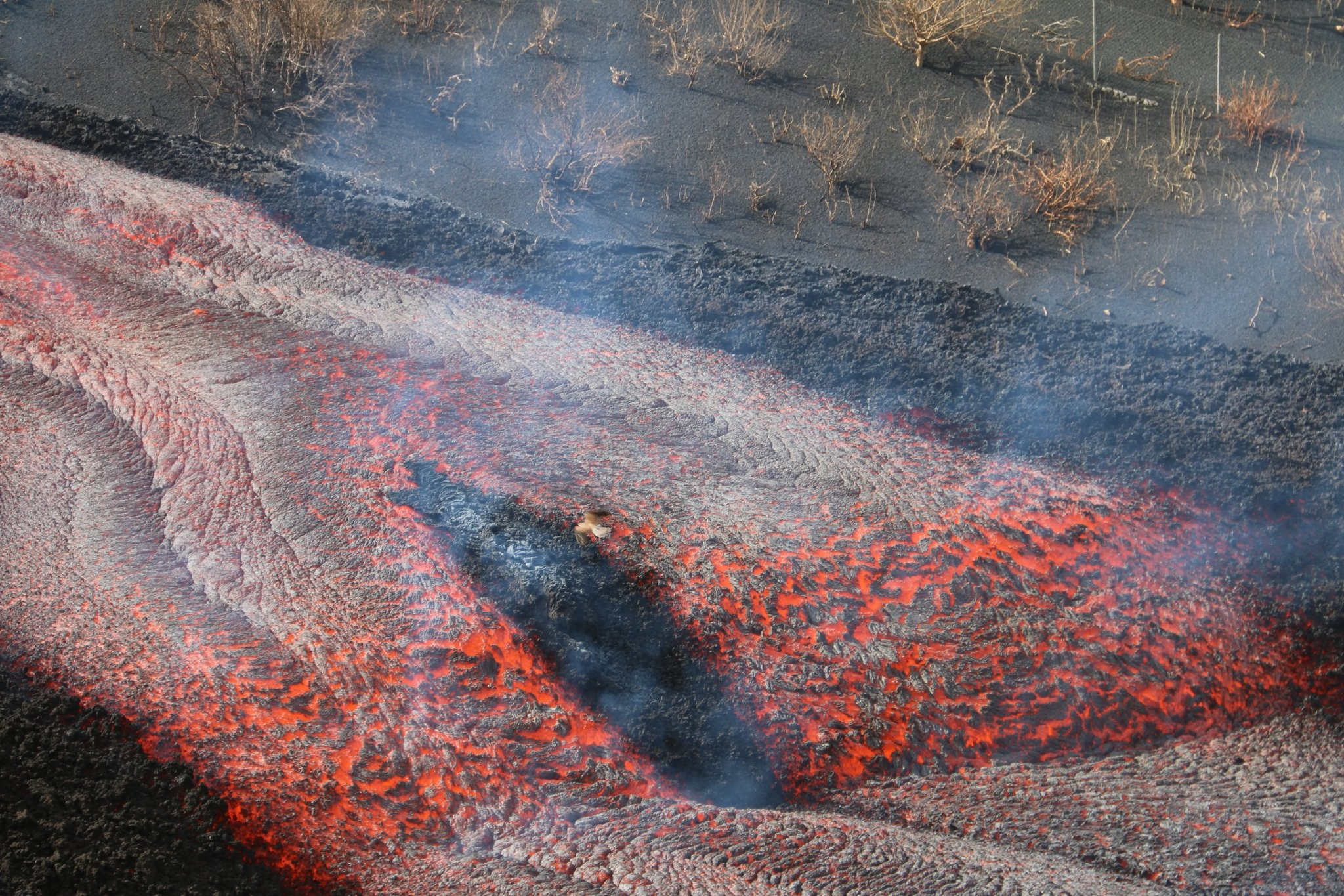Volcán Cumbre Vieja en España expulsa nueva colada de lava sobre la isla.