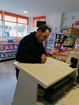 Empleado de la embotelladora firmando en contra de la privatización(1)
