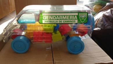 Photo of Por el Día del Niño el Gobierno reparte camioncitos de Gendarmería