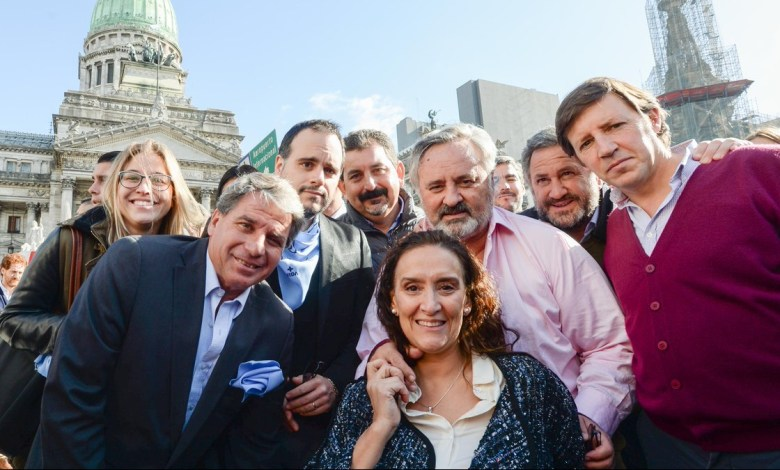 Photo of Michetti y funcionarios de Cambiemos se fotografiaron en contra del aborto
