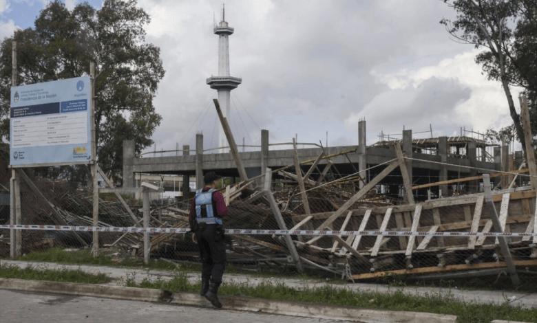 Un establecimiento educativo en construcción se derrumbó hoy martes en el barrio porteño de Villa Soldati, dejando un saldo de seis trabajadores heridos.